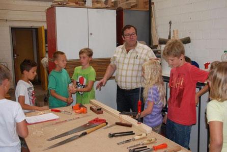 Tischlermeister Peter Ewert zeigt Kindern gern die Handgriffe seines Berufs.