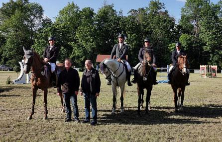 Vereinschef Gerald Windisch mit den besten Reitern des S*-Springens in Königsborn. Foto: Maria Kühne