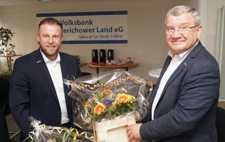 Blumen von Manuel Ballerstedt für Konrad Zahn. Foto: Alpha-Report