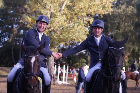 Glückwünsche von Dirk Holländer (rechts) an Hendrik Holländer. Beide hatten sich im M*-Springen einen furiosen Fight geliefert. Foto: Falk Heidel/Alpha-Report