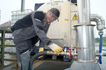 Christoph Köhler arbeitet am Tanklager der Inprotec AG. Foto: Falk Heidel/Alpha-Report