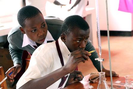 Zwei Schüler der OWSK beim Chemie-Unterricht