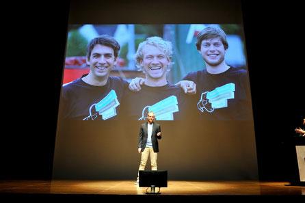 写真:講演をするクリス・ヒルバート氏。同時通訳はJimdoCafe 青森オープニングイベントにもお越しいただいた、JimdoJapan市澤さん。