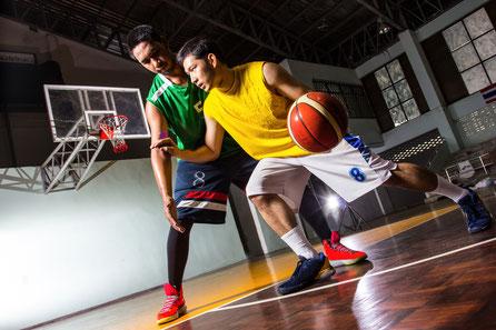 バスケットボールをする二人の男性選手