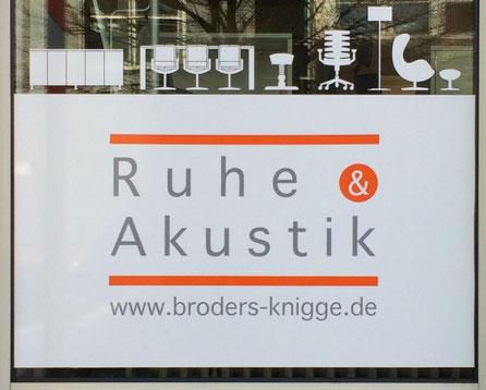 """Foto eines Werbeschildes des Büro-Ausstatters Broders und Knigge mit der Aufschrit """"Ruhe und Akustik"""""""