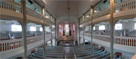 Blick nach Osten (zum Altar) auf Höhe der Empore der Peter-Paul-Kirche in Bad Oldesloe (Schleswig-Holstein)