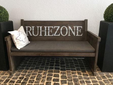 """Foto einer Sitzbank mit der Aufschrift """"Ruhezone"""""""
