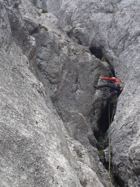 Sl. 14; tolle Kaminverschneidung in rauem, sogar trockenem Fels