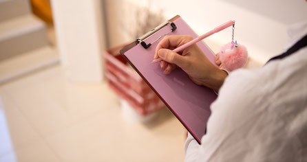 mano che scrive con penna su foglio