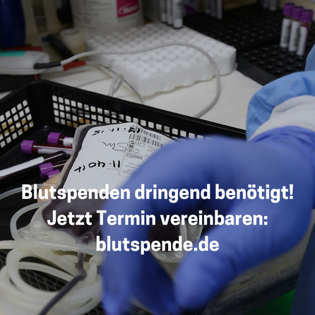 Bild mit Blutkonserve und eine Hand von medizinischem Personal in blauem Handschuh, Text: Blutspenden dringend benötigt! Jetzt Termin vereinbaren: blutspende.de