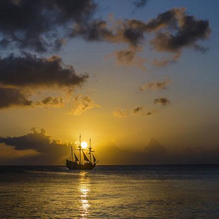 Sonnenuntergang in Thailand mit Schiff