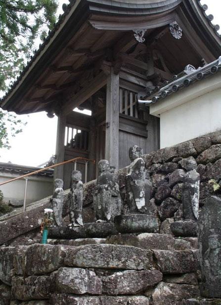 A la sortie du temple Eishoji