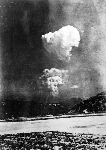 Cette photo aurait été prise depuis la terre ferme environ 30 mn après l'explosion et à 10 km à l'est de l'hypocentre