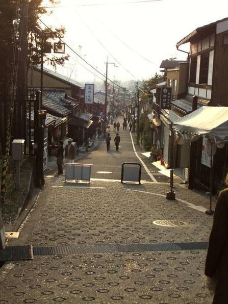 Matsubara-dori au pied du Niō-Mon
