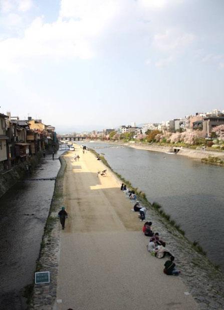 Depuis le pont Shijō : les petites maisons de bois (à gauche) de Pontochō, le  le Canal Takasegawa  et la rivière Kamo (Kamogawa)
