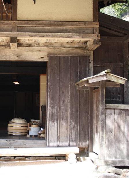 Moulin à céréales et hangiri (sorte de grand saladier en bois pour la préparation du riz)
