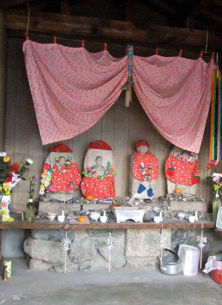 L'autel des enfants -  statuettes de Jizō, la divinité bienveillante des enfants (et aussi des voyageurs)