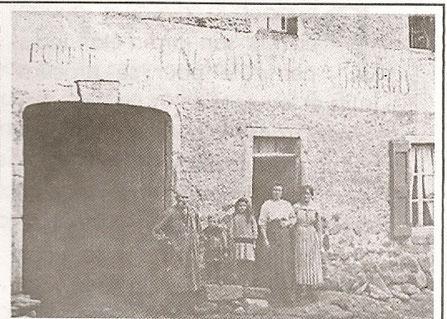 Ancienne auberge Cadenette de 1859 . Photo prise en 1908 rue du puy à Pradelles