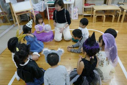 幼児教室の幼稚園児クラスのリトミックで風船を使った遊び(ゲーム)を行いました。
