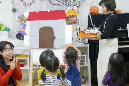幼児教室の2歳児母子分離クラスのリトミック。トリック・オア・トリートで練り歩きながら先生のおうちに着いて、お菓子をもらいました。