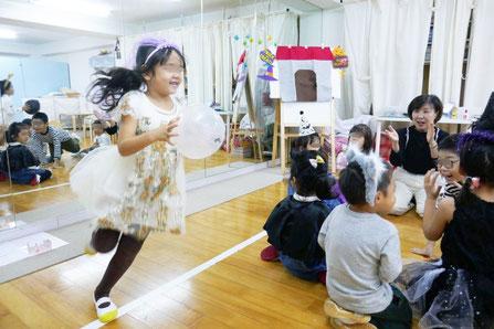 幼稚園児クラスのリトミック。風船まわしの罰ゲームはみんなのまわりをかけっこで1周です。