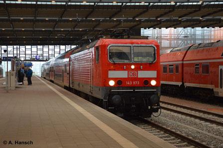 143 973-6, die Lok mit der höchsten Ordnungsnummer ihrer BR, hat am 14. September 2014 den RE Hof - Dresden am Haken. Hier beim Halt in Chemnitz Hbf.