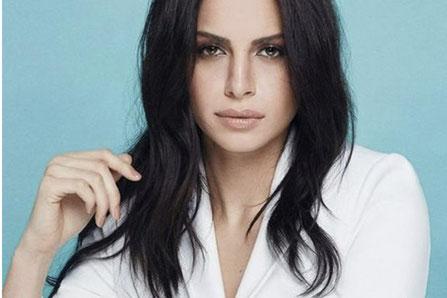 آمال ماهر بدأت الغناء وعمرها ثلاث عشرة سنة عام 1998، ومنذ ظهورها الأول تركت انطباعاً هائلاً لدى متذوقي الغناء في مصر والعالم العربي