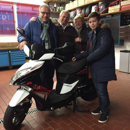 Jürgen Buhl aus Weil-Haltingen mit Familie bei der Abholung seines neuen KYMCO Super8 125