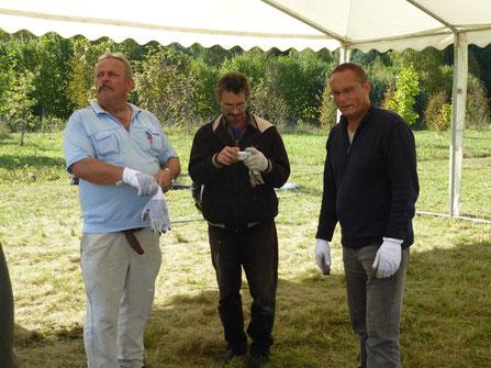 Geschafft, das Festzelt steht  von links Horst, ein weißrussischer Kollege und Fritz