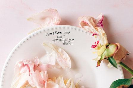 ありがとうと万年筆で書かれたメッセージ、ピンクのカーネーション。
