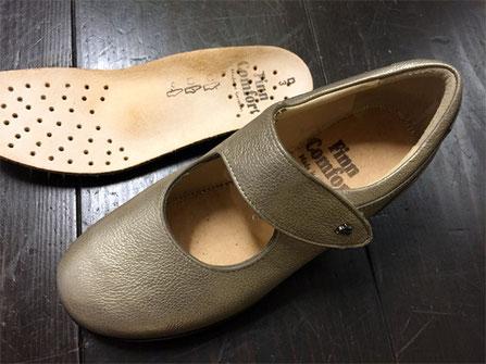 フィンコンフォートの靴には必ずインソール(写真左上)が付属しています