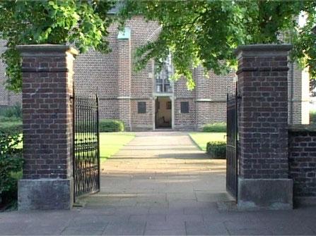 Eingangstor zum Vorplatz der Kapelle und zum Friedhof