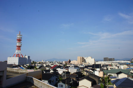 サイクリングの途中、イトーヨーカドーの屋上で水分補給。空気が澄んで米山もくっきり見えました