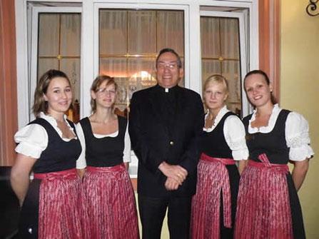 Unsere  freundlichen Mädls vom Service, mit der passenden  schwarz-roten bayrischen Tracht.