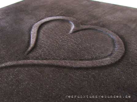 Handgefertigtes Gästebuch Ledereinband dunkelbraun Bucheinbandgestaltung Herz Flachrelief erhaben