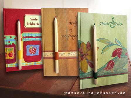 Individuell gestaltete Rezeptbücher mit Stifthalter auf dem Bucheinband, themenbezogenes Schmuckpapier