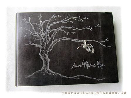 Fotoalbum Ledereinband Hardcover Einbandgestaltung Gravur Baum des Lebens und Name mit silberfarbenen Charms: Blatt, Herz, Schlüssel