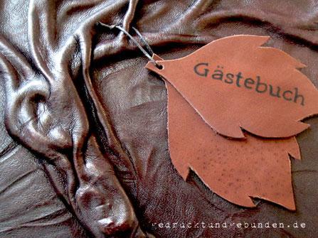 Applikationen aus Leder Blätter aus Leder auf Lederfotoalbum mit Baum als Hochrelief