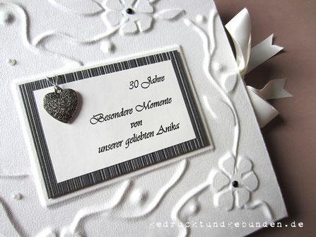 Fotoalbum Hardcover Stoffeinband naturweiss Hochrelief Blumen Ranken Halbperlen Coverdruck Herzanhänger silberfarben geschschwärzt