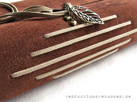 A4 Lederbuch braun Softcover Einband mit Überschlag gerade geschnitten Einstichbindung und umlaufendem Buchverschluss mit Schmuckanhängern
