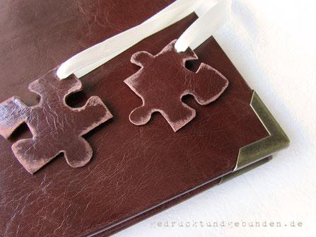 Ledereinband Aussparung für Puzzleteile, Hochzeitsgästebuch mit Lederapplikationen Puzzle-Teile am Satinband