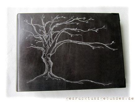 Personalisierbares Gedenkalbum Fotoalbum Ledereinband dunkelgrau Hardcover mit Handgravur Baum des Lebens, Lederalbum 35cm x 25cm 100 Seiten schwarz, Metallbuchecken schwarz