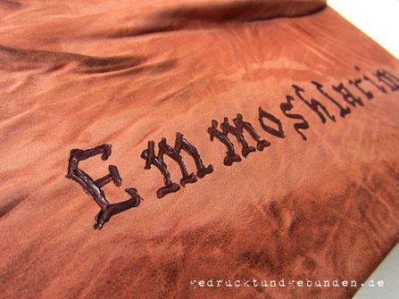 Bucheinband Leder personalisiert, individueller Schriftzug mit Ledermalfarbe dunkelbraun auf terracottafarbenem Leder