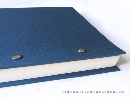 Schraubalbum, Fotoalbum Buchleinen blau, Hardcovereinband mit offenem Buchrücken; Innenseiten Fotokarton gerillt, mit Stegen; Einband und Buchblock mittels Buchschrauben lösbar miteinander verbunden.