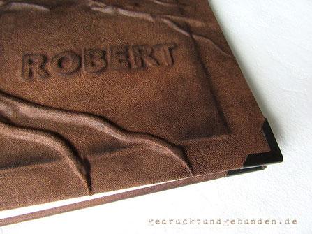 Hardcoverbuch Bucheinbandgestaltung Hochrelief Baum und erhabenes Flachrelief Name schattiert