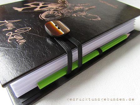 Lederbuch Hardcover, Gummibandverschluss mit Knopf, flexibler Gummiband Stifthalter schwarz, Einbandgestaltung Ledergravur Titel Name Giraffe
