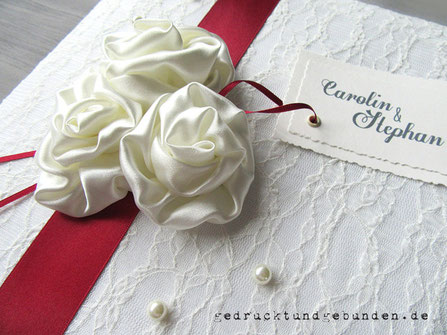 Fotoalbum zur Hochzeit, Einband Spitzenstoff, Applikationen handgenähte Satinrosen, bedrucktes Karton-Label, Kunststoffperlen