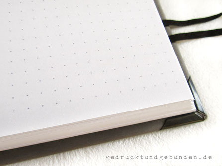 A5 Buch Hardcover, personalisierter Ledereinband grau, 640 Seiten weiß grau punktiert, Fadenheftung, Gummibandverschluss