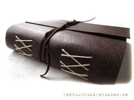 A5 Lederbuch dunkelbraun Softcover Einband mit Überschlag gerade geschnitten Kreuzstichbindung und umlaufendem Buchverschluss