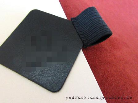Erweiterbares Lederbuch mit Stifthalter im Buch, Stifthalterung aus Leder und Gummiband schwarz, selbstklebend, verschiedene Stiftdurchmesser.